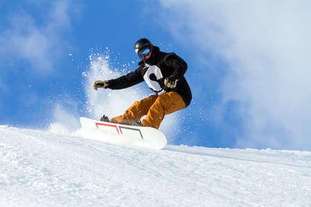 mit Snowboard im Neuschnee springen Standard-Bild