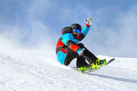 mit Snowboard im Neuschnee springen