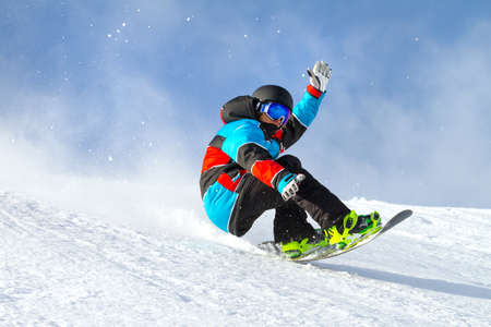 saltare con lo snowboard nella neve fresca