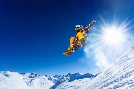 descente avec snowboards dans la neige fraîche