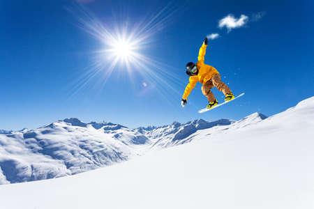 downhill met snowboards in verse sneeuw