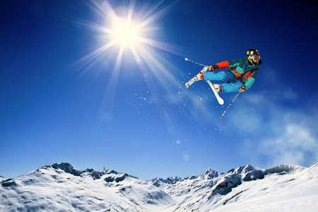 Winterurlaub im Schnee Standard-Bild