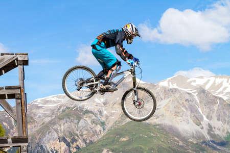Abfahrt mit dem Mountainbike auf einem Trail in den Bergen