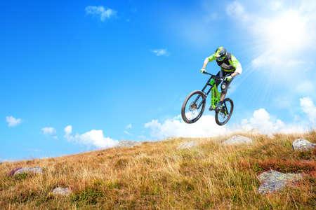 Descenso con bicicleta de montaña por un sendero en la montaña.