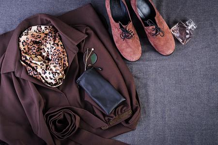 Vêtements femme, accessoires, chaussures (robe marron, chaussures terre cuite, sac bandoulière noir). Tenue de mode. Notion de magasinage. Vue de dessus