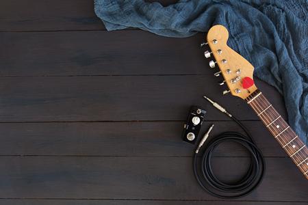 Guitarra eléctrica sobre fondo oscuro