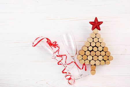 Christmas tree made of wine corks on white background. Mock up postcard with Christmas tree and copy space for text. Top view. Standard-Bild