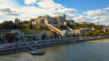 Luchtfoto beelden van een drone toont de historische Buda Castle in de buurt van de Donau op Castle Hill in Boedapest, Hongarije. Brug over de rivier. Luchtfoto.