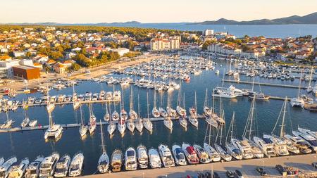 Luchtmening van Jachtclub en Jachthaven in Kroatië. Biograd na moru Stockfoto