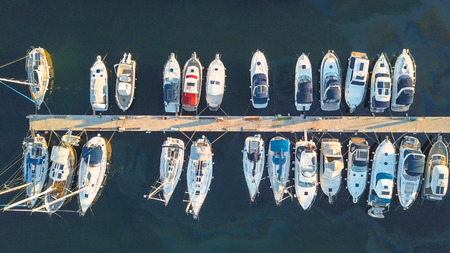 Luchtmening van Jachtclub en Jachthaven in Kroatië, 4K. Biograd na moru Stockfoto