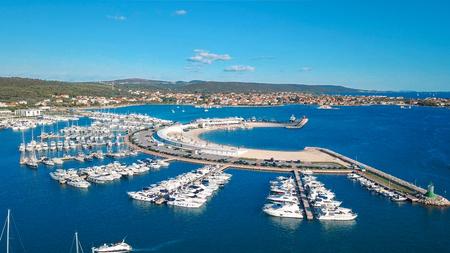 Vogelperspektive des schönen modernen Meeres von Sukosan dicht gepackt mit Segelbooten und Yachten, Marina Dalmacija. Kroatien Standard-Bild - 89944911