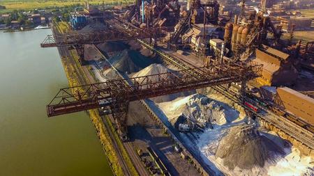 Luchtfoto van industriële staalfabriek. Luchtfoto slelfabriek. Vliegen over rook pijpen van staalfabrieken. Milieuvervuiling. Rook. Stockfoto