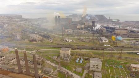 Luchtfoto van de industriële staalfabriek. Aerial sleel fabriek. Vliegen over rook staalfabriek leidingen. Milieuvervuiling. Rook.