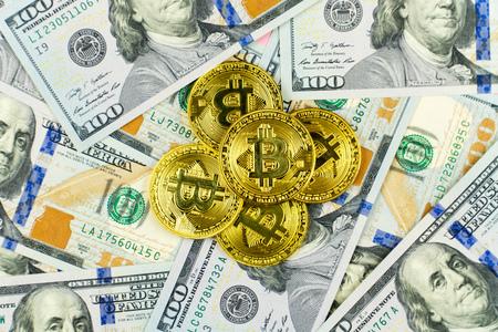 Gouden Bit Coin BTC-munten die op biljetten van 100 dollar draaien. Wereldwijd virtueel internet cryptocurrency en digitaal betalingssysteem. Digitale cryptomunt van het muntgeld op bitcoinlandbouwbedrijf in digitale cyberspace Stockfoto