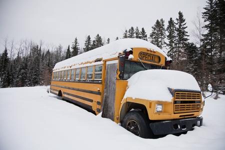 no correr: Autobús escolar abandonado extraño Foto de archivo