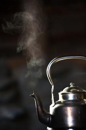 poele bois: Bouilloire en argent bouillante sur un po�le � bois