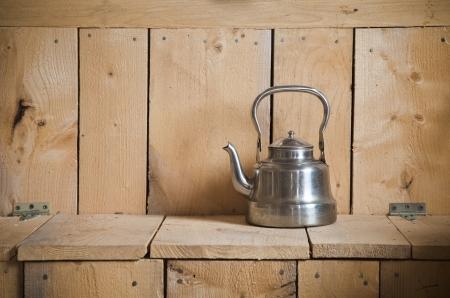 kettles: Tetera vieja clásica y de la vendimia de la textura de madera Foto de archivo