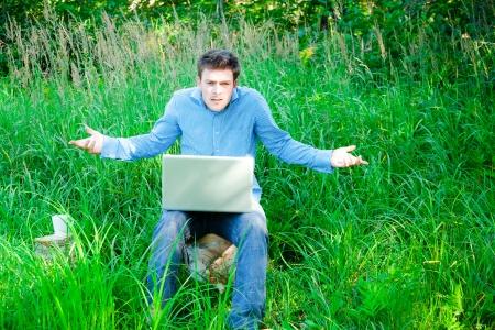 persona confundida: incomprensión de un hombre perdido en la naturaleza con la tecnología