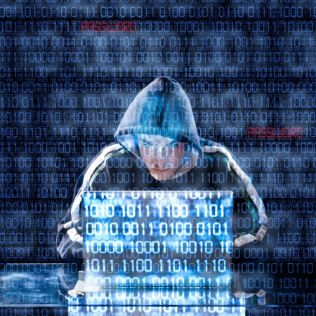Escribiendo Hacker en un ordenador portátil con código binario en el fondo Foto de archivo