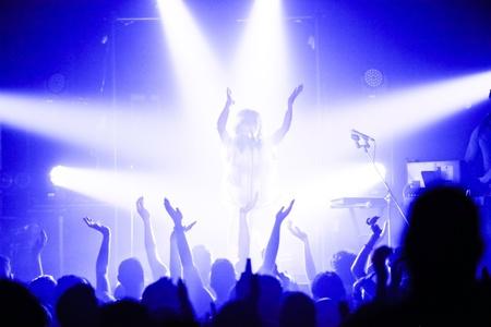 musica electronica: MONTREAL, QUEBEC  CANAD?, 09 de mayo 2013: Draginette, formado por la cantante y compositora Martina Sorbara, el bajista y productor Dan Kurtz y el baterista Joel Stouffer. en un concierto en Montreal, en la Nacional.