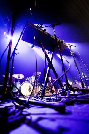 drums: Imagen oscura y granulada de un escenario listo para un grupo de m�sica en vivo el rendimiento Foto de archivo