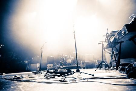 rock concert: Vuoto palco illuminato con drumkit, chitarra e microfoni