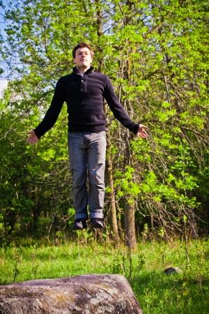 Hombre feliz flotando en medio de la naturaleza