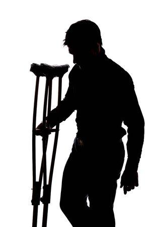 jambe cass�e: L'homme avec une jambe cass�e en silhouette isol� sur fond blanc