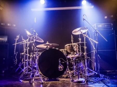 Drumkit auf leeren Bühne wartet für Musiker Standard-Bild - 23253444