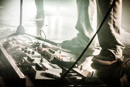 Gitaar pedalen op een podium met Live band uitvoeren tijdens een show. Weinig licht afbeelding met copyspace
