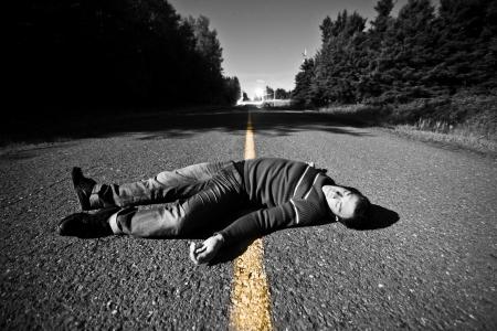 죽은: 중동에서 밤에 죽은 시체와 함께 빈 도로 스톡 사진