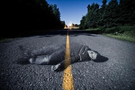 밤에 중간에 죽은 몸의 유령 빈 도로