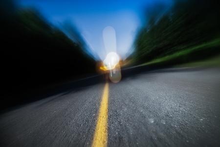 borracho: Drunk Driving, exceso de velocidad, Estar demasiado cansado para Drive son conceptos potenciales para esta imagen de la carretera borrosa en la noche Foto de archivo