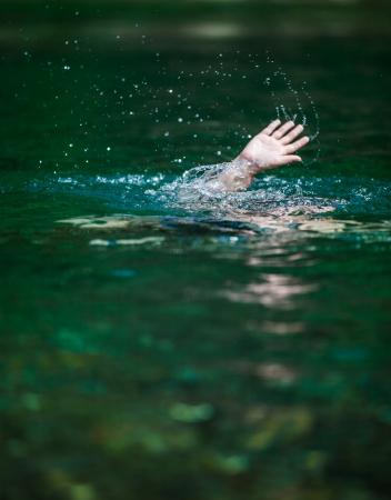 ahogarse: Mover la mano de alguien ahogamiento y en necesidad de ayuda Foto de archivo