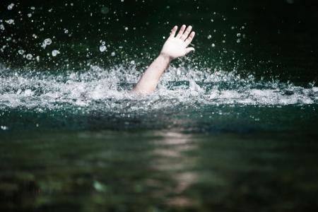 Bewegende hand van iemand Verdrinking en hulpbehoevend