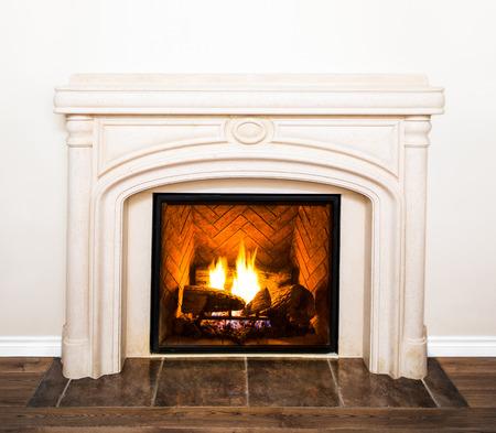 Luxe witte marmeren open haard Detail en lege witte muur Stockfoto