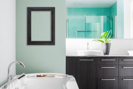 Moderne Badezimmer mit Wand für Ihren Test, Bild oder Logo. Weiche grüne Pastellfarben Standard-Bild - 26492502