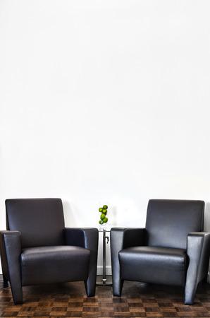 marquetry: Pared moderna Sala de Interior y blanco con el espacio para el texto. Dos sof� y mesa de cristal de lujo con complementos de su seleccion. Foto de archivo