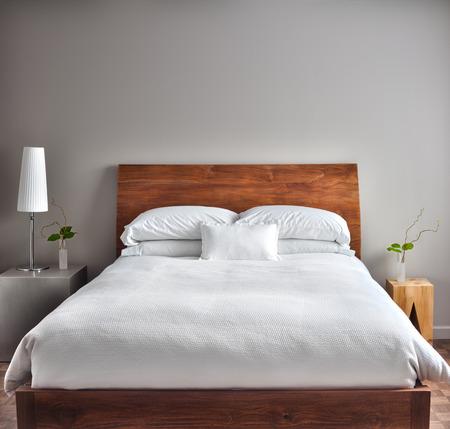 美しいクリーンし、空の壁と現代的なベッドルームにいくつかのテキスト、ロゴ、画像などを追加します。 写真素材