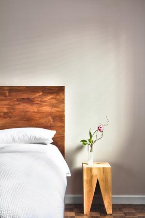Mooie schone en moderne slaapkamer met lege muur om wat tekst, logo, afbeelding, enz.
