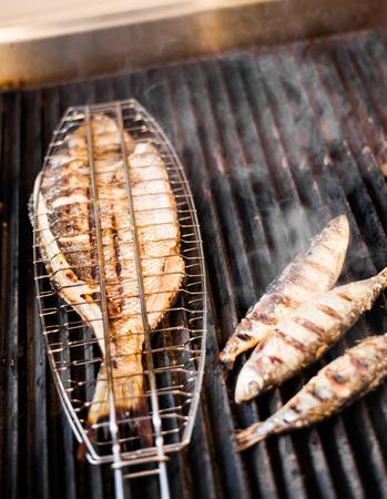 Vis op de grill in een Portugees restaurant Stockfoto