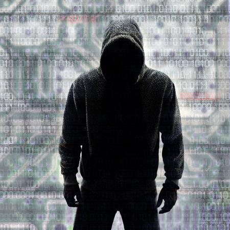 virus informatico: Hacker en la silueta y binario códigos fondo Foto de archivo