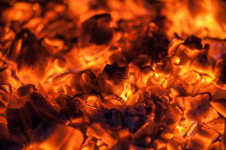 poele bois: Orange vif braises dans un po�le � bois Banque d'images