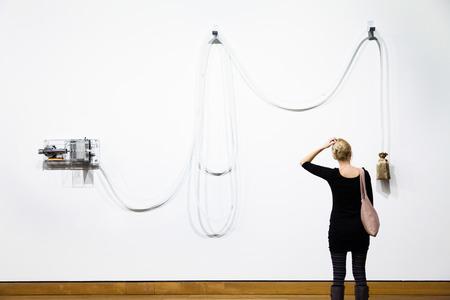arte moderno: Editorial - Montreal, Canadá - La instalación de arte contemporáneo en el Museo de Bellas Artes de Montreal y una mujer joven que trata de comprender el significado de la misma