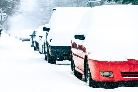 Geparkeerde auto's in de straat op een Sneeuwstorm Winter Dag