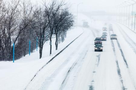 Verkeer en Sneeuwstorm op de snelweg tijdens een koude winter dag