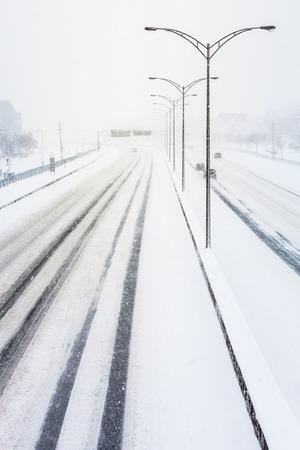 zichtbaarheid: Storen Sunset Licht en Sneeuwstorm op de snelweg als gevolg van een slecht zicht Stockfoto