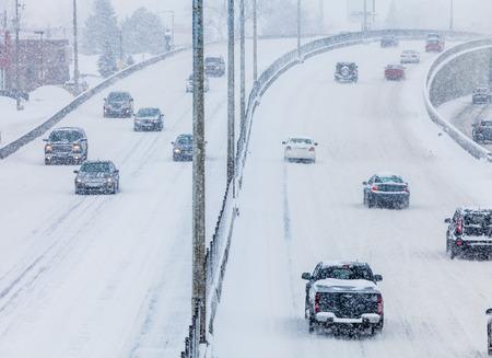 Blizzard auf der Straße und schlechter Sicht Standard-Bild - 26867869