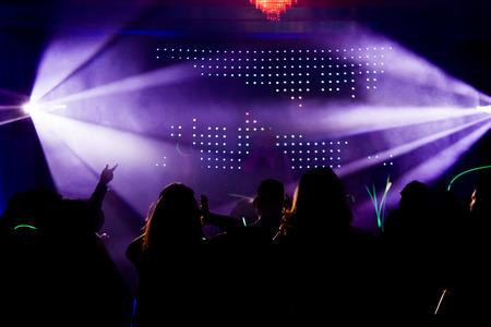 Menigte tijdens een feest of bruiloft receptie in de voorkant van een DJ
