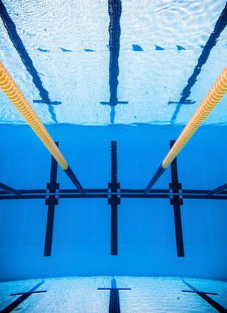 scheidingslijnen: Lege 50m Olympisch buitenzwembad en scheidslijnen van Underwater Stockfoto